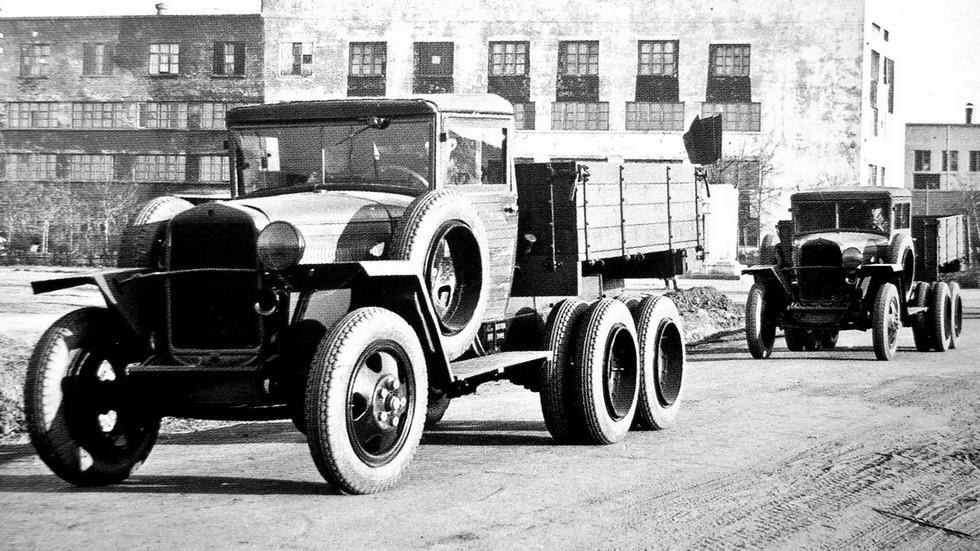 Грузовики ГАЗ-ААА военного образца с одной фарой и кабиной, обшитой вагонкой