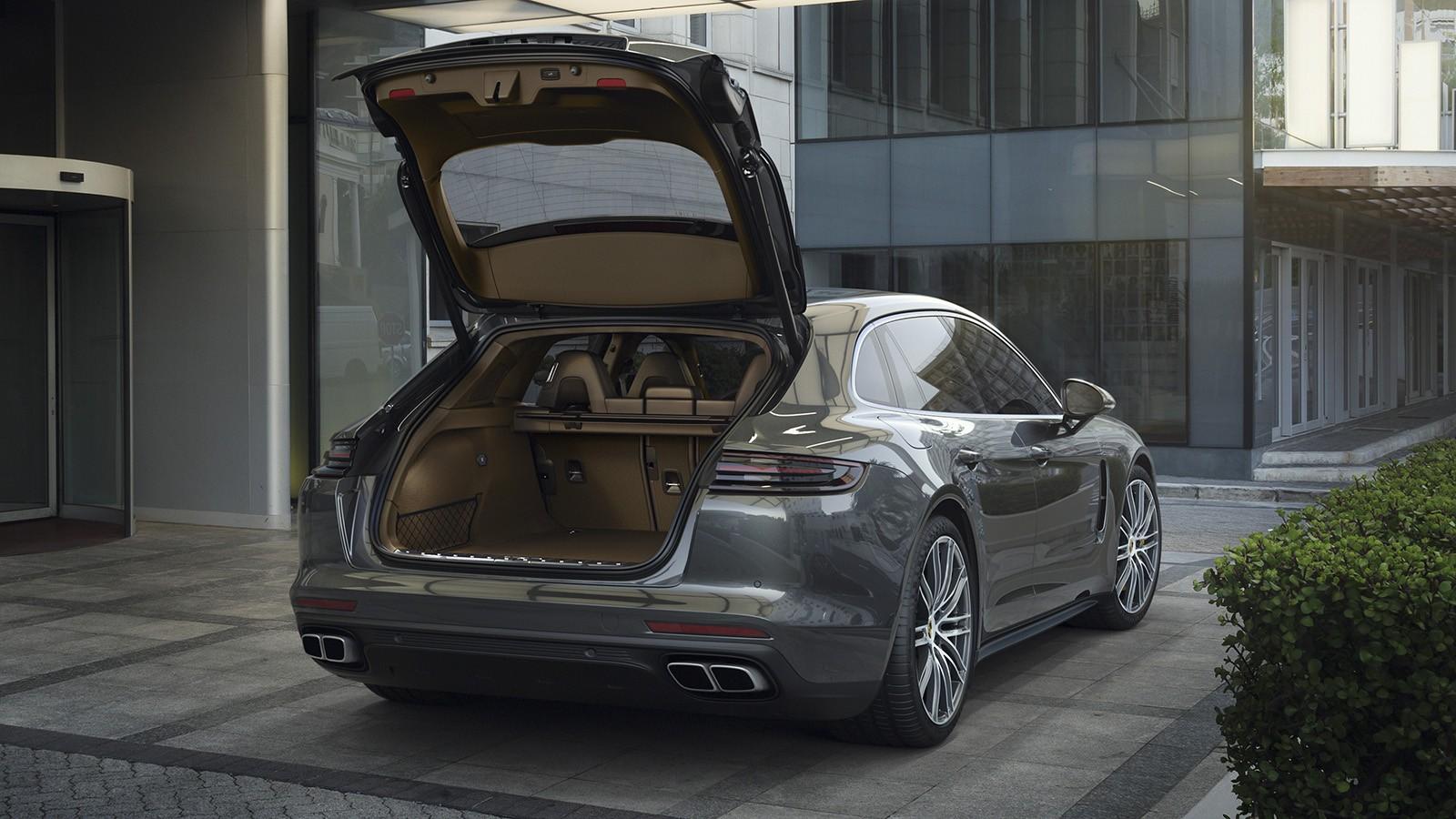 Дверца багажника действительно большая. Объём — 520 литров (у гибридной модификации — 425 литров) — на 20 литров больше, чем у седана