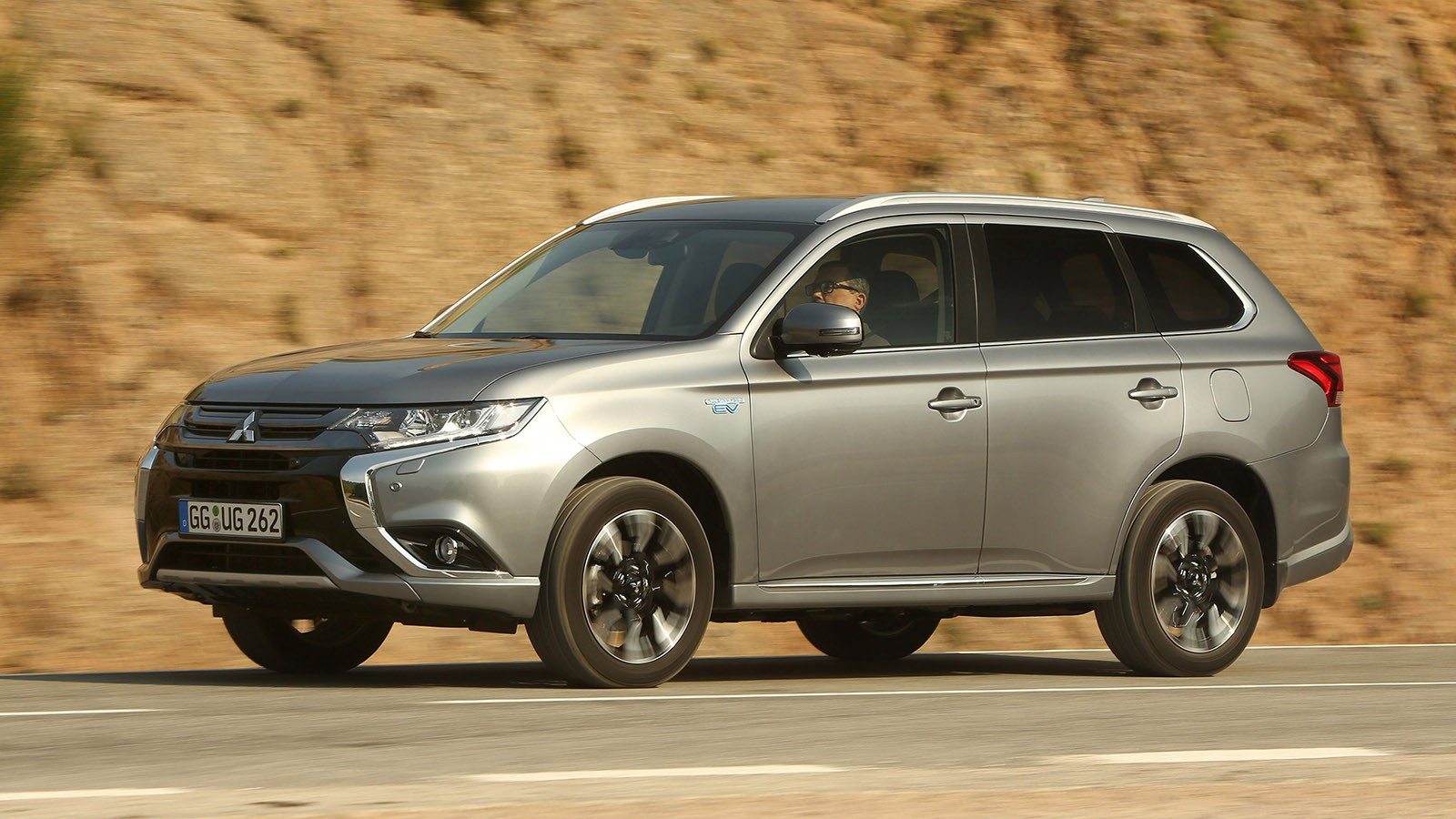 На фото: Mitsubishi Outlander PHEV