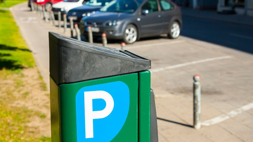 Напомним, согласно новому предварительному стандарту, размеры машино-места будут зависеть от того, под каким углом к проезжей части располагается парковка. Если вдоль дороги, то допустимо сократить минимальную ширину до 2 м (однако длина при этом составит 5,5 м). Если же разметка парковки находится под углом 45, 60 или 90 градусов к проезжей части, то минимальная длина машино-места уменьшится до 5 м, а ширина останется прежней (то есть не менее 2,5 м).Как мы уже сообщали ранее, ширина дороги в случае, если парковка на ней расположена вдоль, должна быть не менее 3 м . Если же угол, под которым машины ставят на стоянку, составляет 45 градусов, то ширина дороги должна быть не менее 3,5 м; если 60 градусов – не менее 3,75 м; если 90 градусов – не менее 5,4 м.