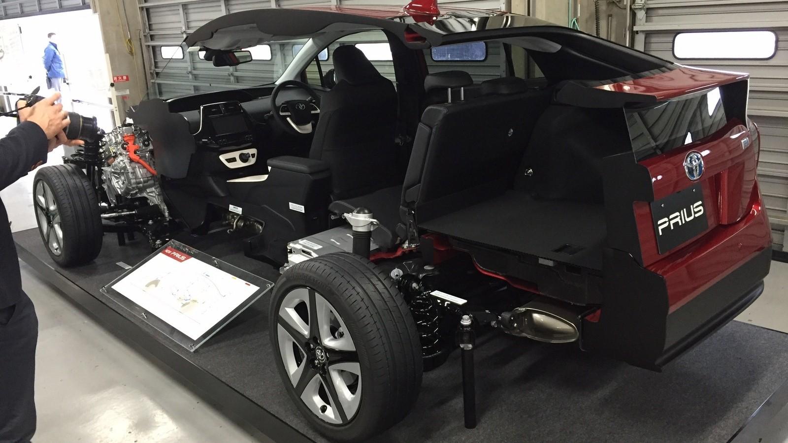 На фото: Автомобиль Toyota Prius с платформой TNGA, Токийский автосалон 2016 года