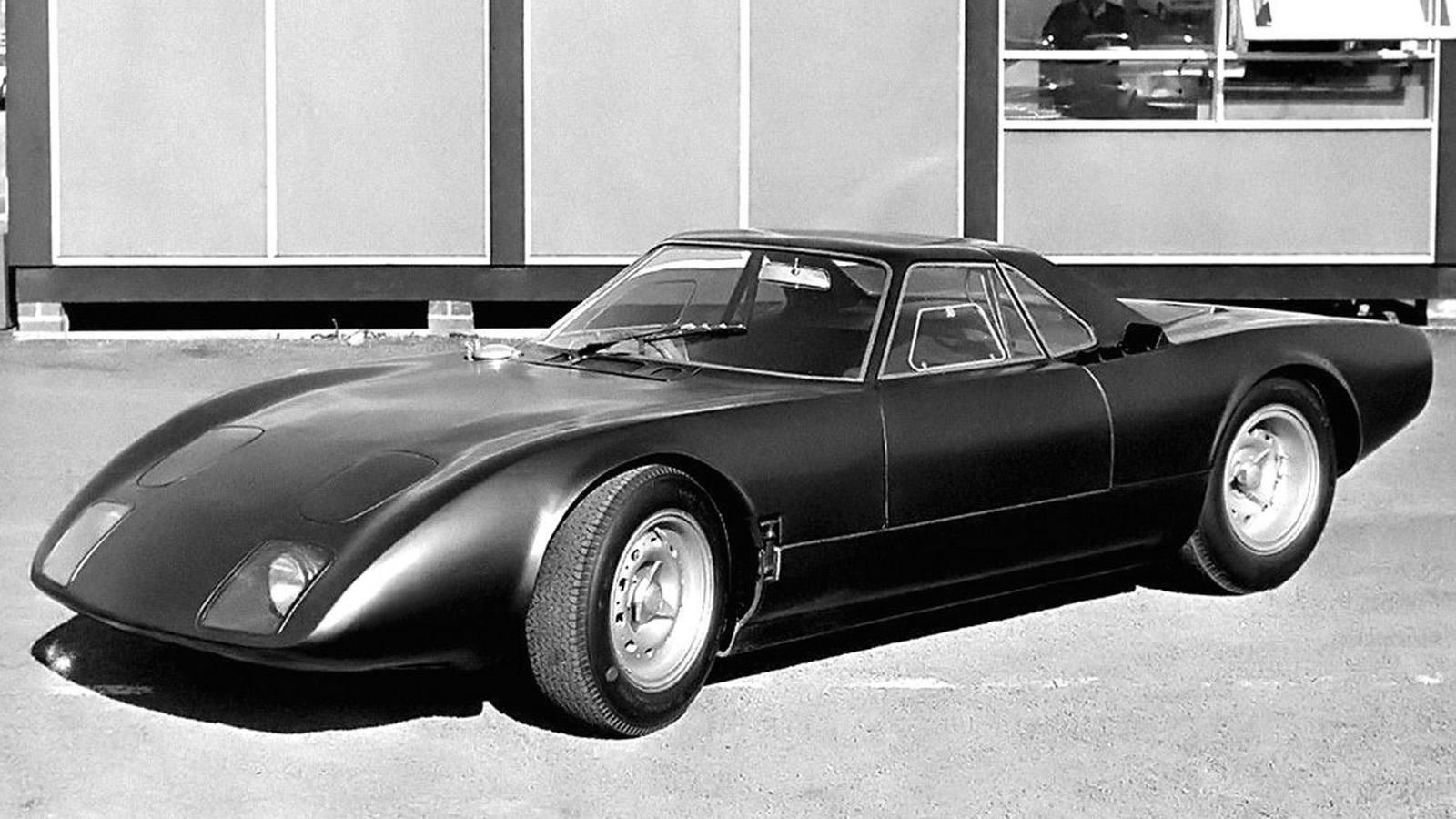 Престижный дорожный вариант спортивного автомобиля Rover-BRM с газовой турбиной. 1965 годГазотурбинный уникум FIATС 1948 года разработкой скоростной газотурбинной машины Turbina занимался итальянский концерн FIAT, приняв за основу своё «нормальное» спортивное купе модели 8V и конструкции авиационных турбовинтовых моторов. Ее шасси собрали в феврале 1954-го, а 10 апреля на свет появился эффектный обтекаемый красно-белый автомобиль с задними стабилизаторами, способный развивать скорость 250 км/ч.Спортивная газотурбинная машина FIAT Turbina в Museo dell' Automobile di Torino. 1954 годАвтомобиль FIAT Turbina с задним силовым агрегатом и автоматической трансмиссией модели 8001Главной особенностью 300-сильного ГТД заднего расположения была особая трансмиссия модели 8001, автоматически регулировавшая рабочие режимы компрессора и тяговой турбины. При этом свежий воздух засасывался спереди и подавался к заднему компрессору по центральному тоннелю.При желании на этой схеме можно разглядеть всю «механическую мельницу» машины FIAT TurbinaАвтомобиль получил стальную трубчатую раму и независимую подвеску всех колес со стабилизаторами поперечной устойчивости. После испытаний и демонстрации на Туринском автосалоне в нём выявили множество недостатков, и дальнейшие работы пришлось прекратить.«Огненные птицы» от корпорации General MotorsКак только до далекой Америки долетели слухи о создании в Европе принципиально новых, но пока неиспытанных легковушек с ГТД к их созданию сразу подключились ведущие компании США. Понятно, что первой из них была корпорация General Motors. За короткое время она собрала три опытных работоспособных образца серии GM Firebird («Огненная птица»), более известные своим революционным самолетным стилем и брутальной внешностью, чем высокими техническими достижениями. Всё дизайнерское сопровождение контролировал вице-президент Харли Эрл.Известный дизайнер Харли Эрл во главе своего «огненного семейства» уникальных автомобилей FirebirdВ декабре 1953 года с первой эк