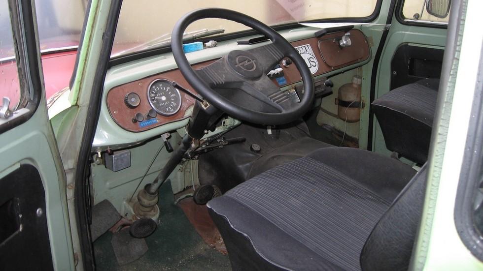 Незатейливое обустройство рабочего места водителя соответствовало утилитарной сущности автомобиля