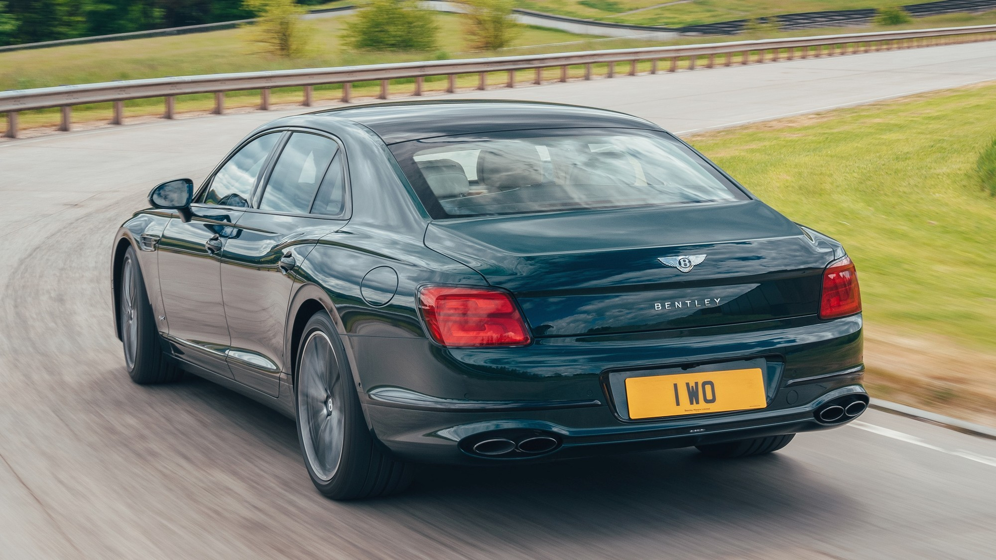 Ещё один Bentley с V6: представлен «розеточный» седан Flying Spur Hybrid
