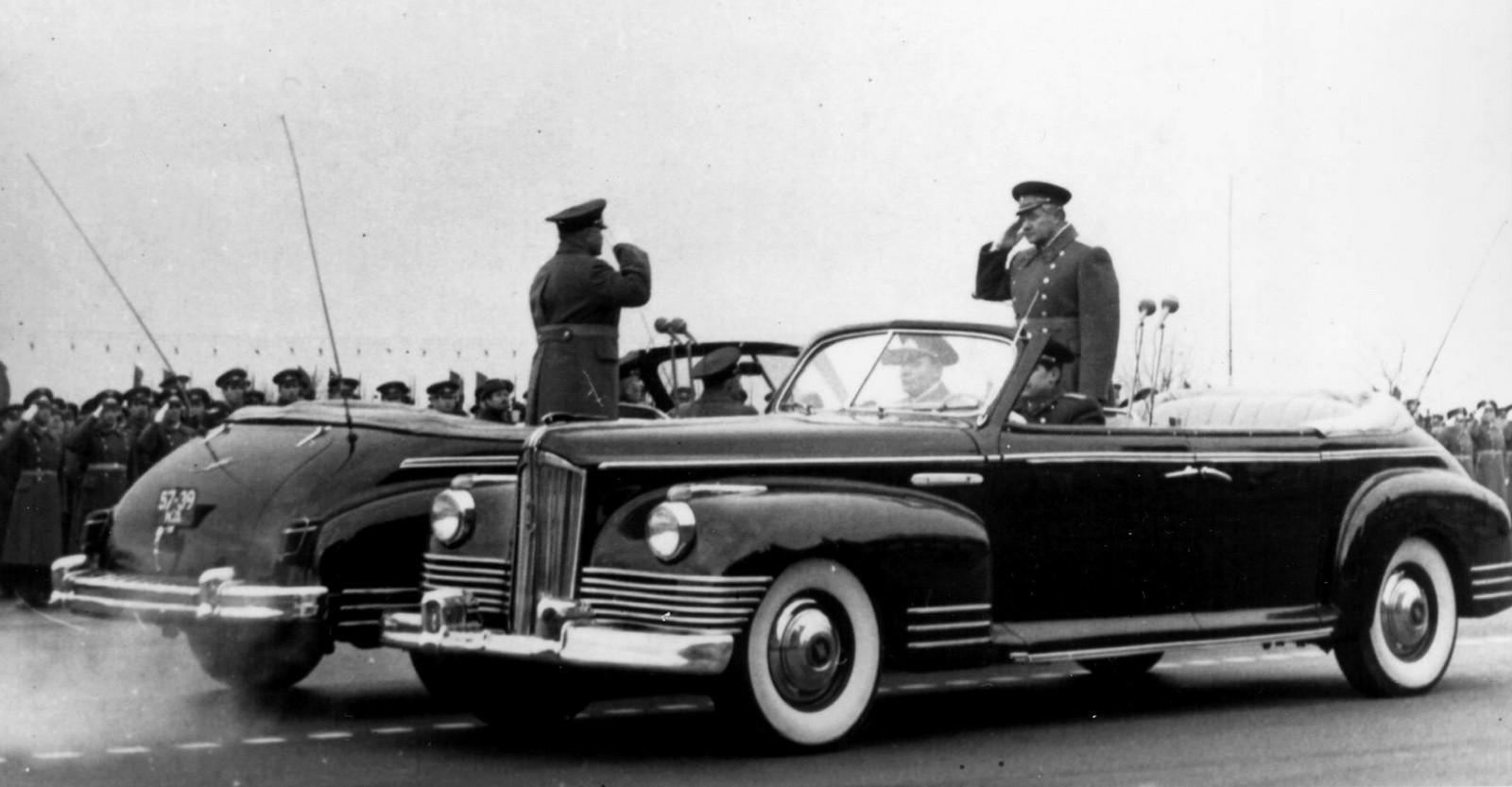 Командующий парадом докладывает принимающему парад о готовности войск к военной церемонии (из архива В. Мазепы)