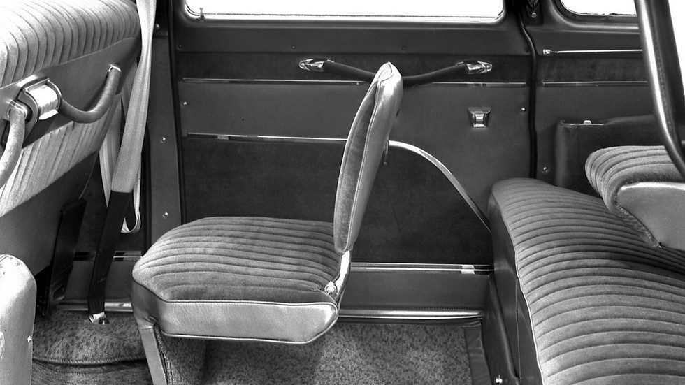 На «приставных стульчиках» сидели сопровождающие лица
