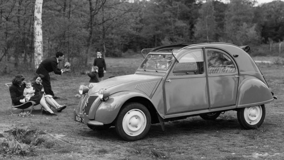 На фото: Citroёn 2CV. Франция, 1948