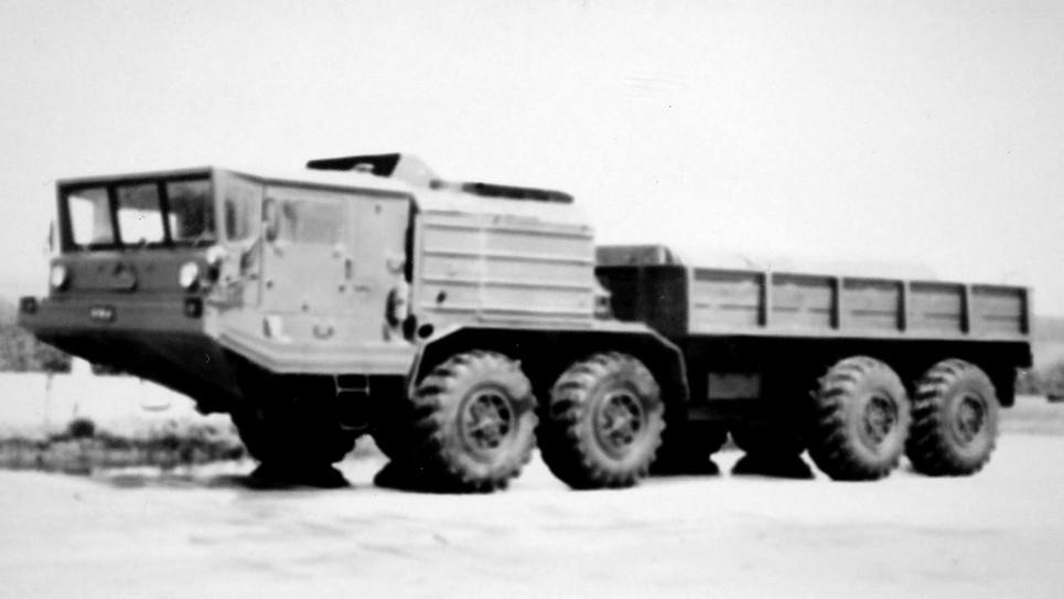 Опытный 400-сильный грузовик БАЗ-6950 с бортовой платформой. 1980 год