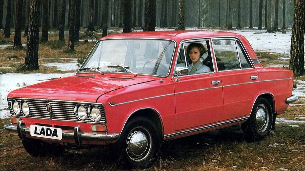 ригинальная внешность ВАЗ-2103 с годами практически не менялась. Исключение –уже упомянутые прорези на панели передка