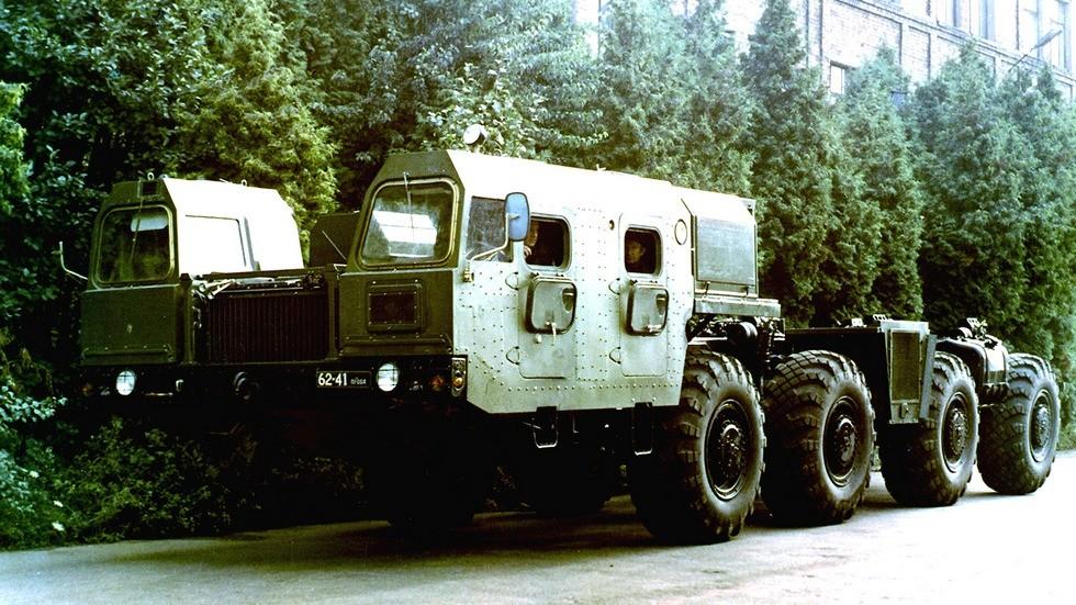 Шасси МАЗ-7908 с двумя кабинами и многотопливным двигателем в 710 л.с. (из архива СКБ-1 МАЗ)