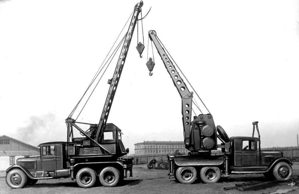 Первые советские армейские автокраны АК-3 (слева) и АКМ (из архива М. Соколова)