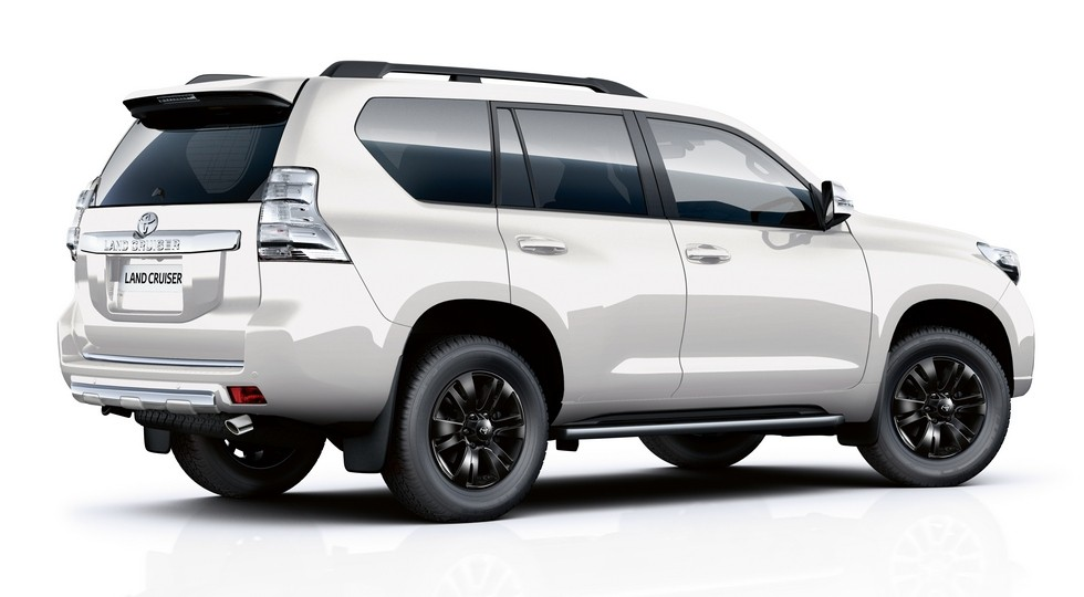 На фото: Toyota Land Cruiser Invincible X