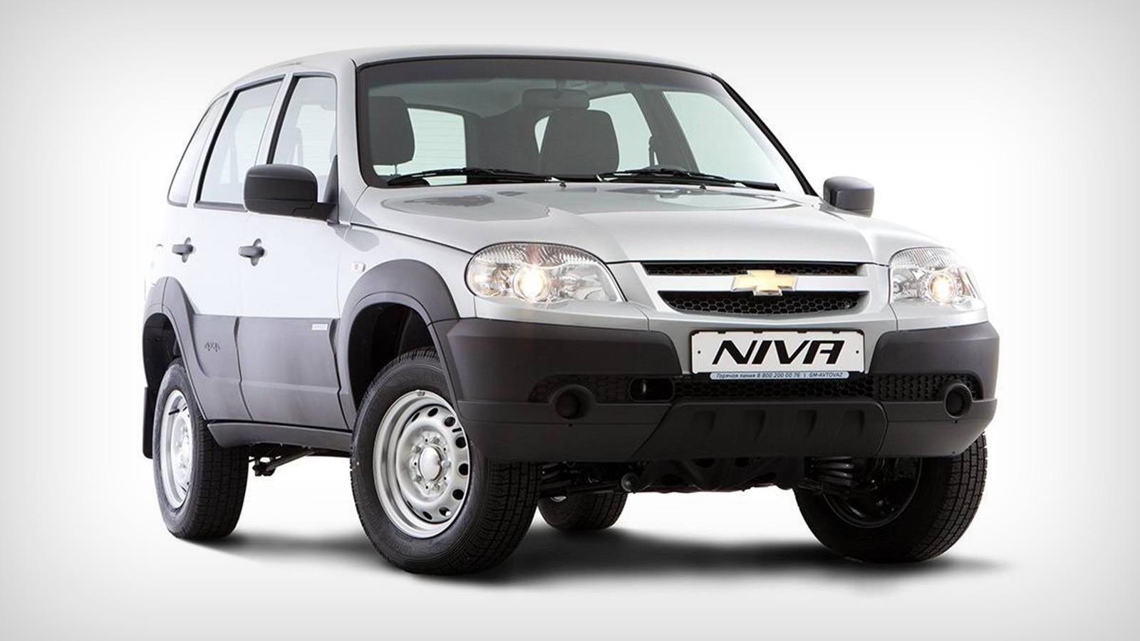 На фото: Chevrolet Niva L. С учётом специального предложения стартовая цена на Chevrolet Niva в базовой комплектации L начинается от 499 000рублей. Выгода составляет 85 000 рублей