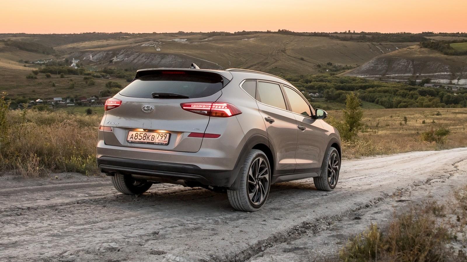 Hyundai_Tucson сзади на грунтовой дороге