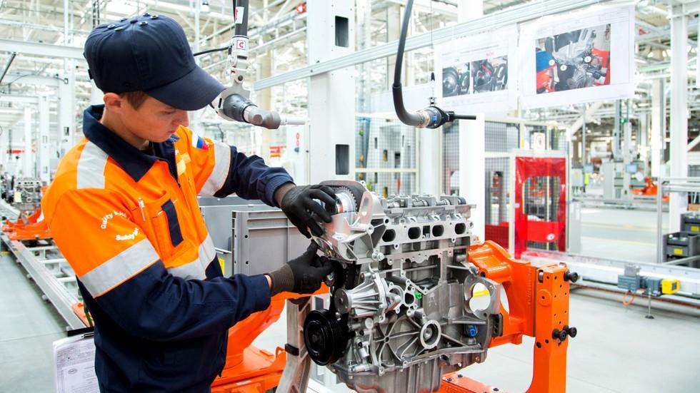 FS engine plant worker2_1200