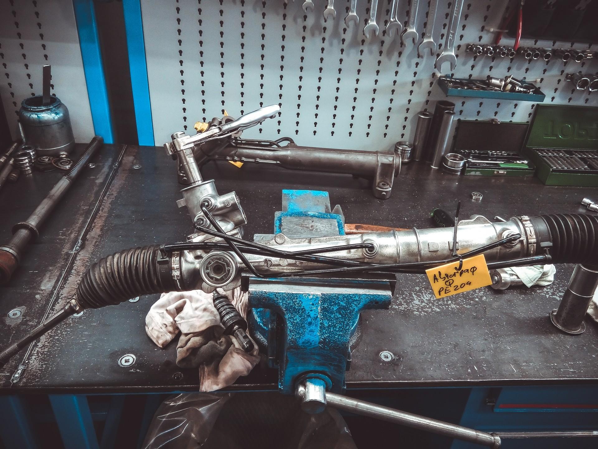 Дорого и сложно: что ломается в рулевых рейках с ГУР, и как их ремонтируют