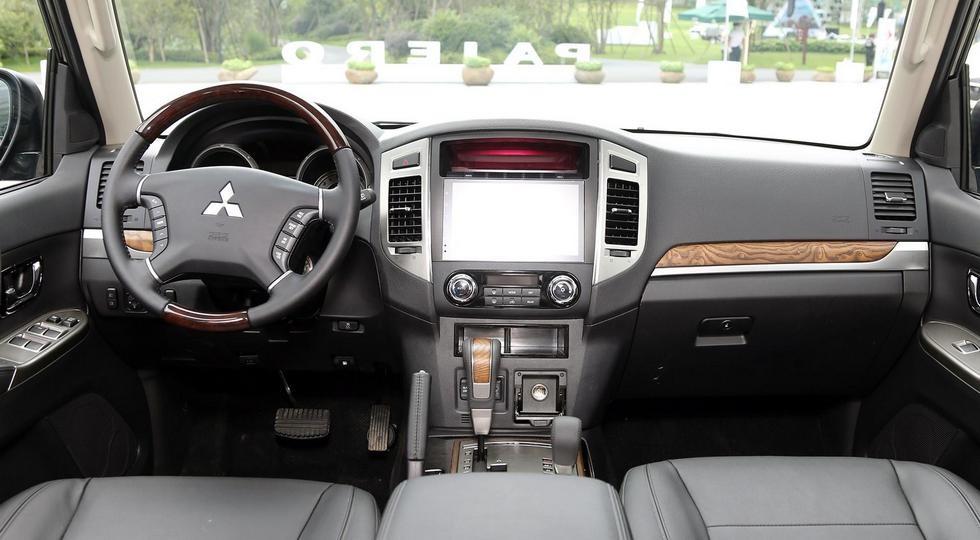 На фото: обновленный Mitsubishi Pajero, версия для Китая