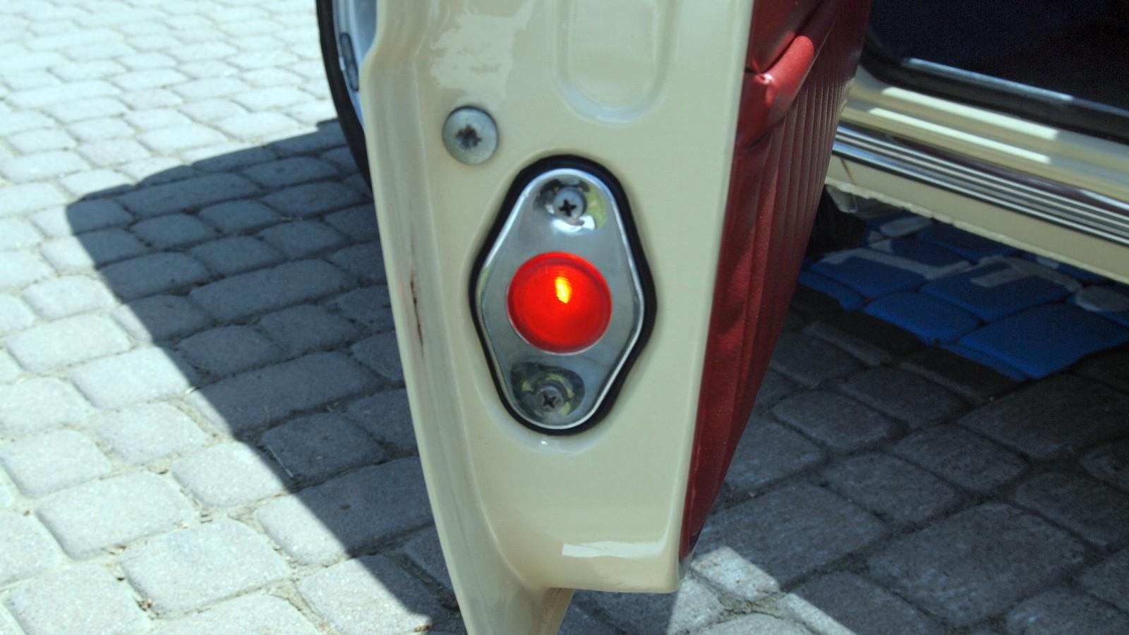 Сигнальный фонарь загорался при открытии передних дверей