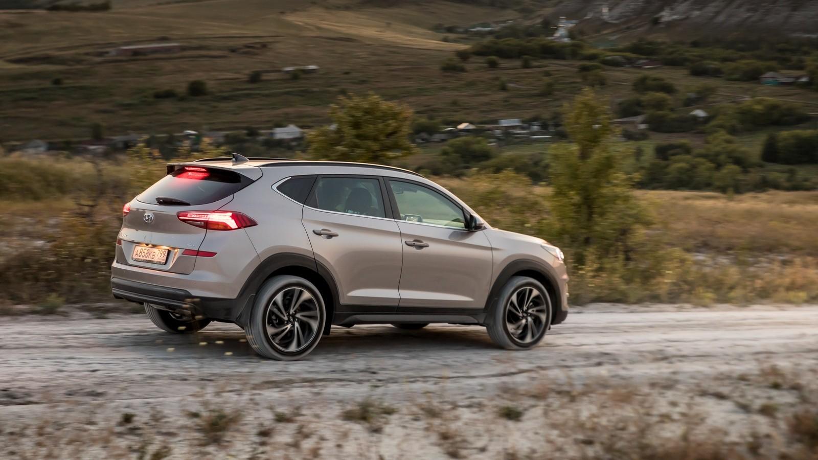 Hyundai_Tucson в динамике на грунтовой дороге