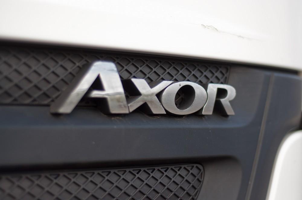 Между КамАЗом и «скамейкой»: рабочий тест-драйв Mercedes-Benz Axor 1829 с краном