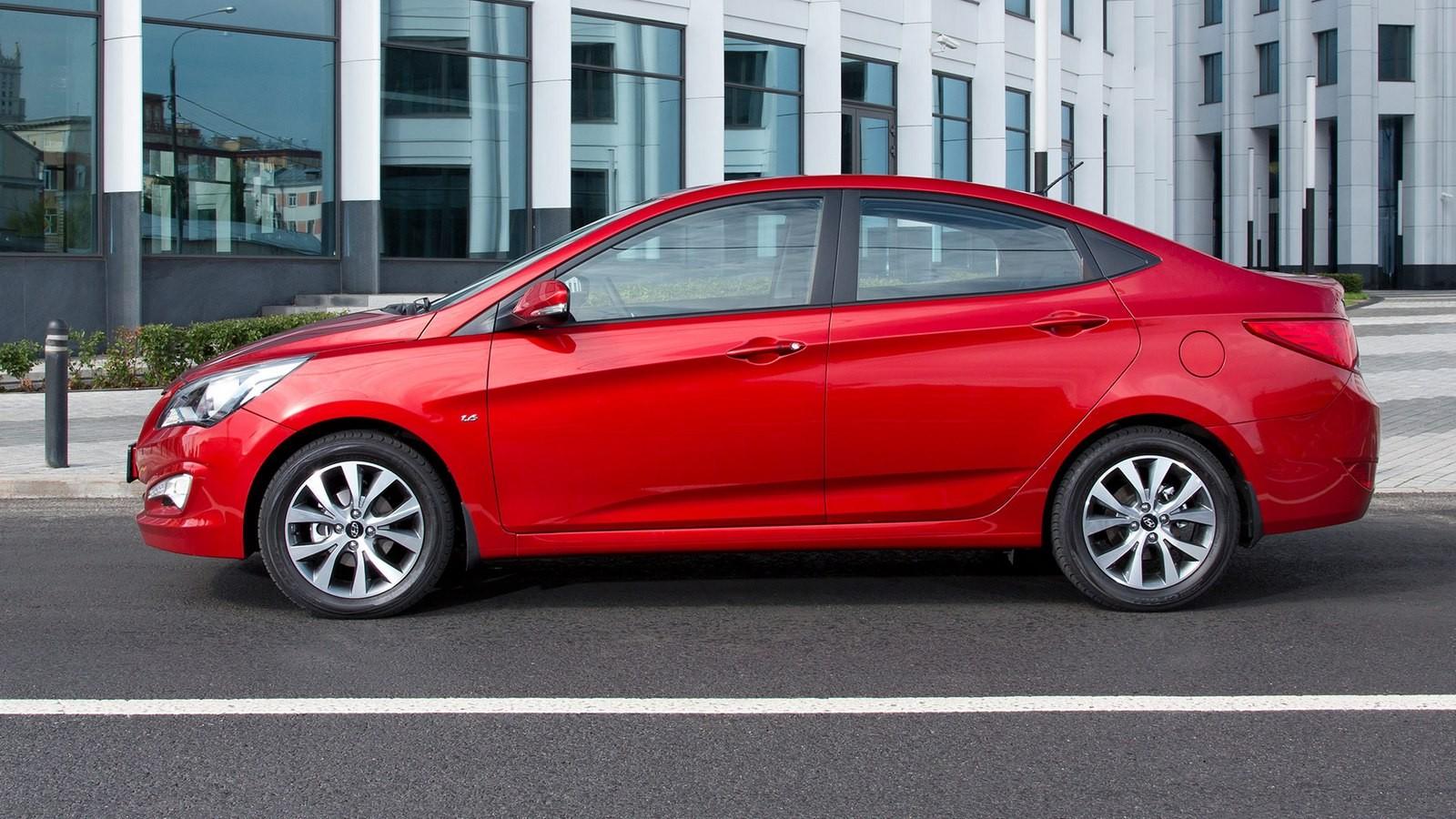 Hyundai Solaris (RB) '2014–17 красный сбоку