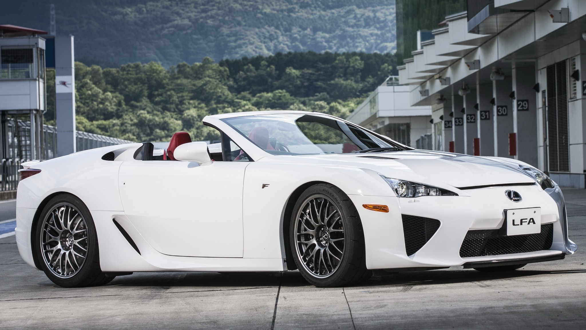 На фото: Lexus LFA Spyder