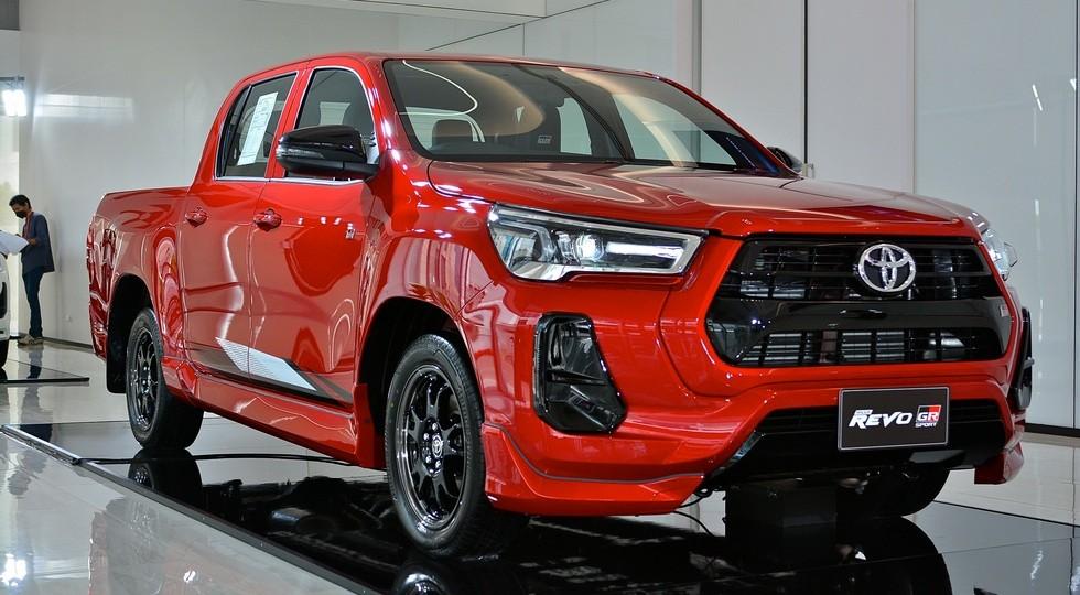 Toyota Hilux GR Sport предложен в двух версиях: не мощнее, зато доступен заниженный пикап