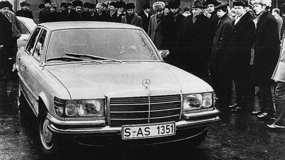 Советские граждане удивлённо рассматривают новейший Mercedes (1973 год)