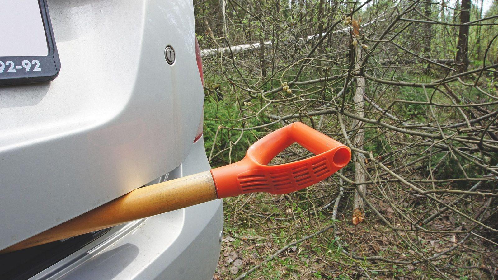 Volkswagen Polo лопата в багажнике