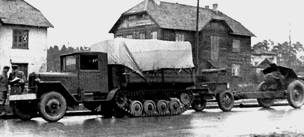 Заводские испытания полугусеничного тягача АТ-3 с мощной гаубицей. 1943 год