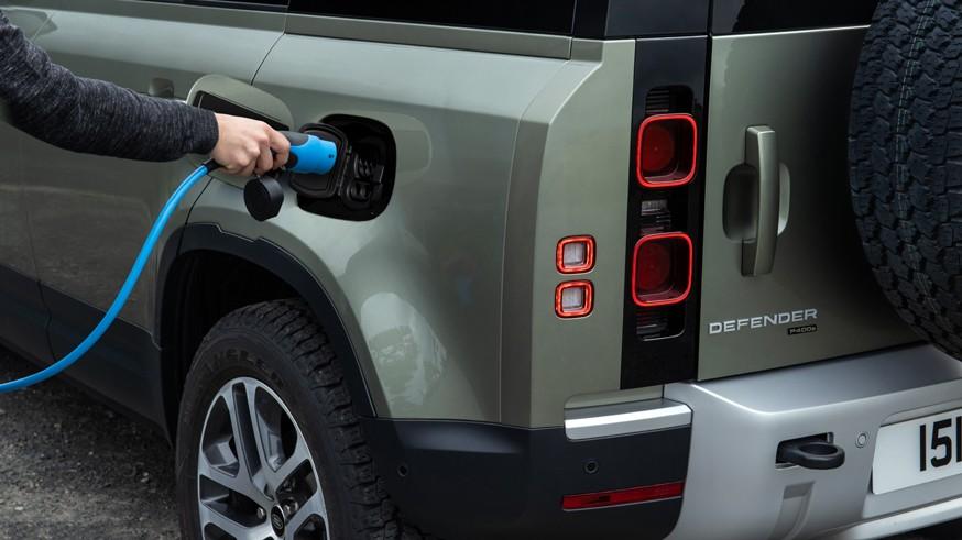 Расширение линейки: Land Rover Defender получил гибридную установку и новый дизель