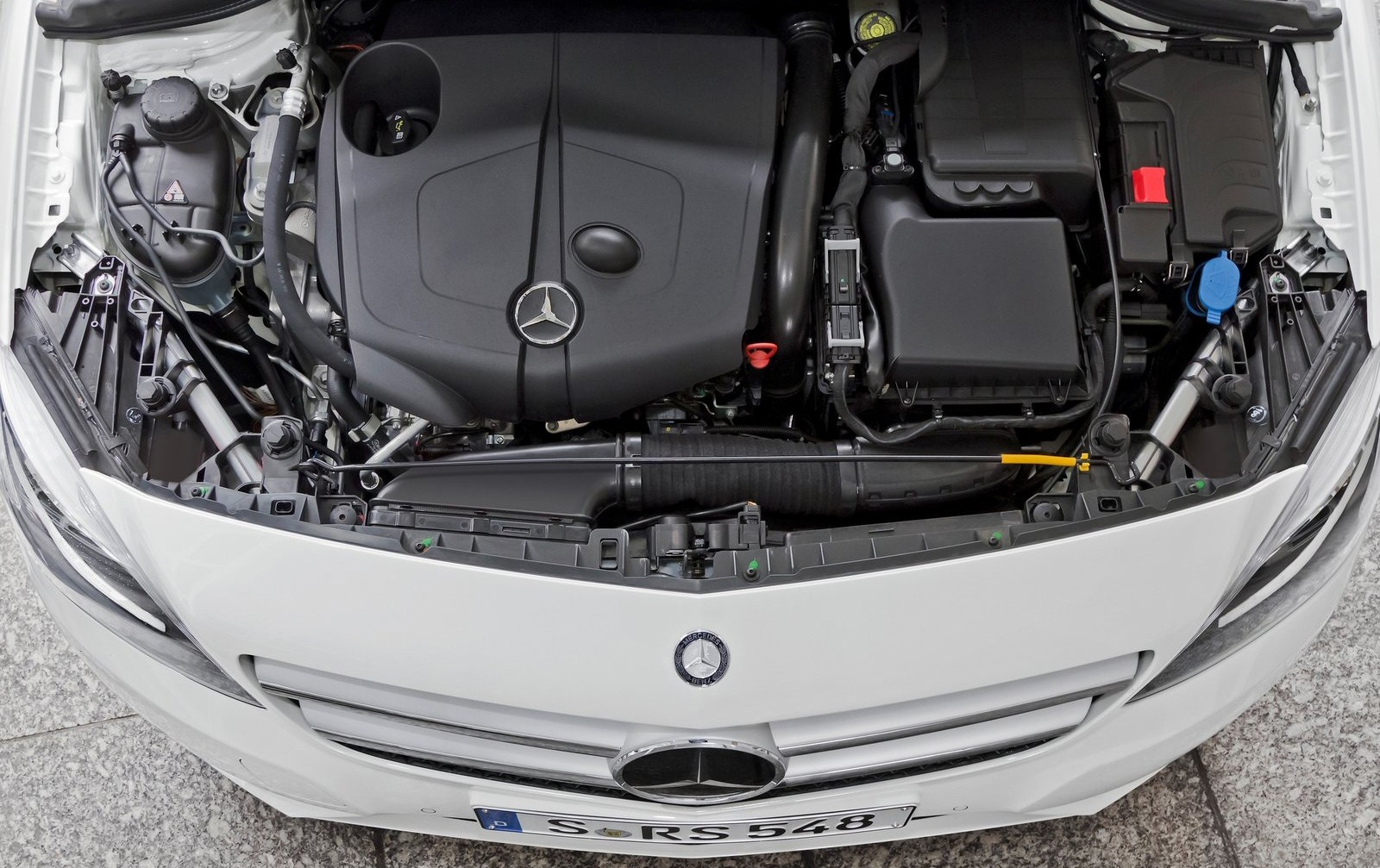 На фото: двигатель Mercedes-Benz B-Class 200 CDI