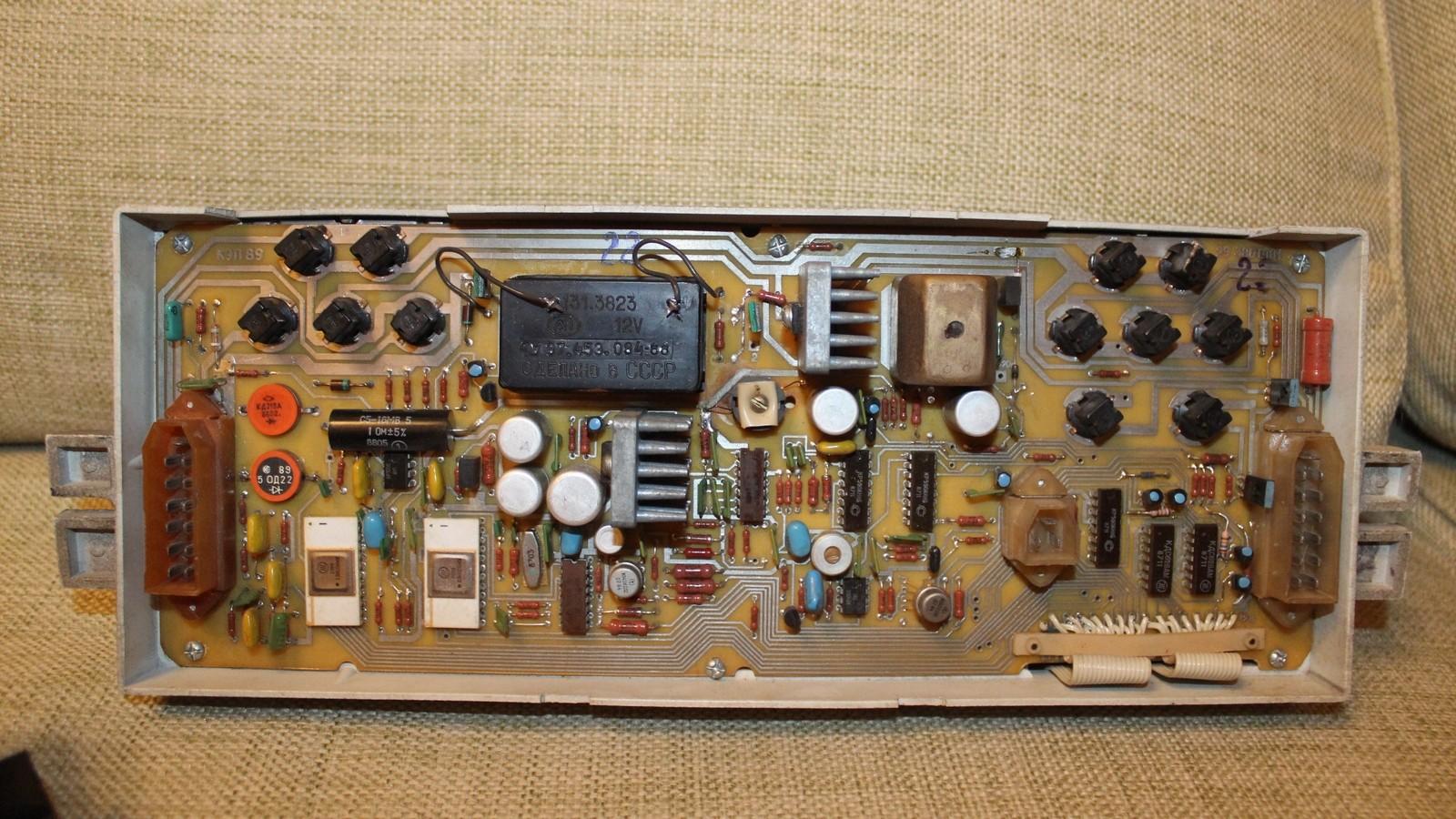 Начинка электронной комбинации радикально отличалась от обычных «приборок» с аналоговыми циферблатами и механическим приводом спидометра. Фото: Евгений Карпунин