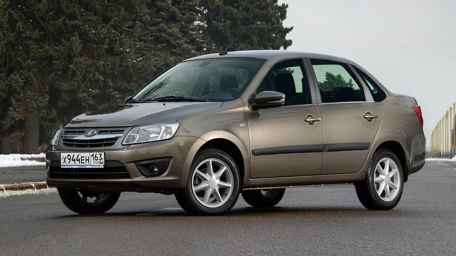 На фото: седан Lada Granta. Цена — от 383 900 рублей