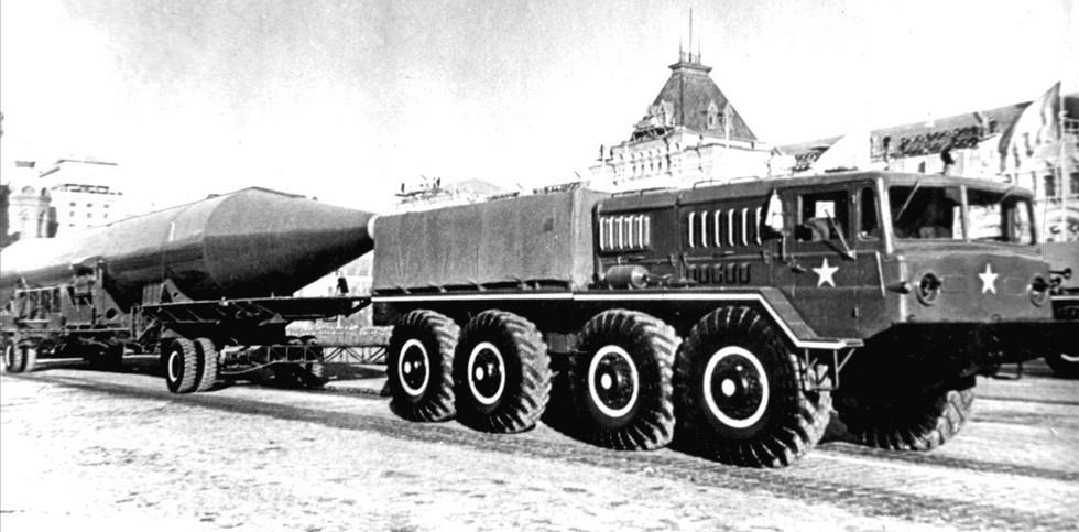 На военном параде в Москве тягач МАЗ-535А с ракетой Р-14 (из архива СКБ-1 МАЗ)