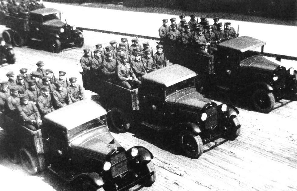 На параде бортовые грузовики с поперечными скамейками на 16 солдат