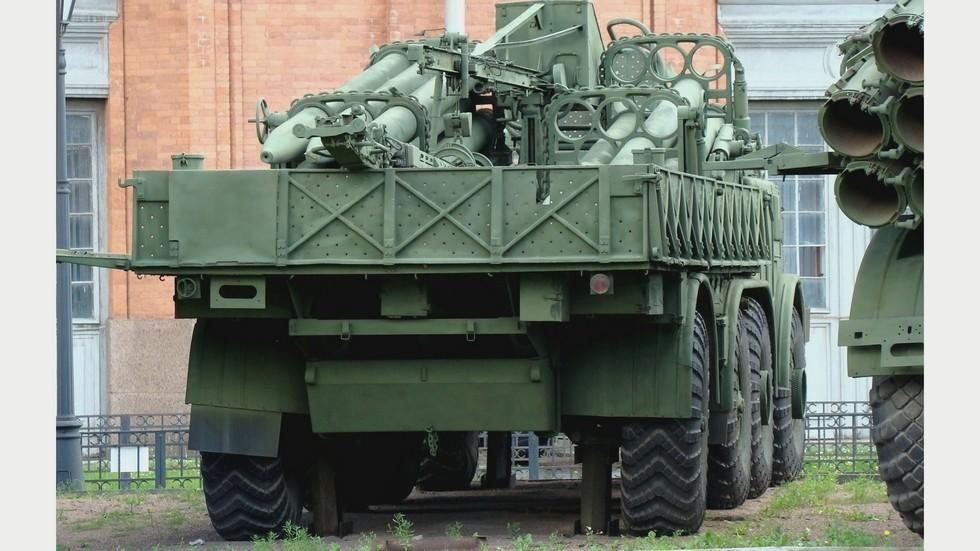 Размещение в кузове сложенного крана и подвижных ракетных стоек (фото автора)