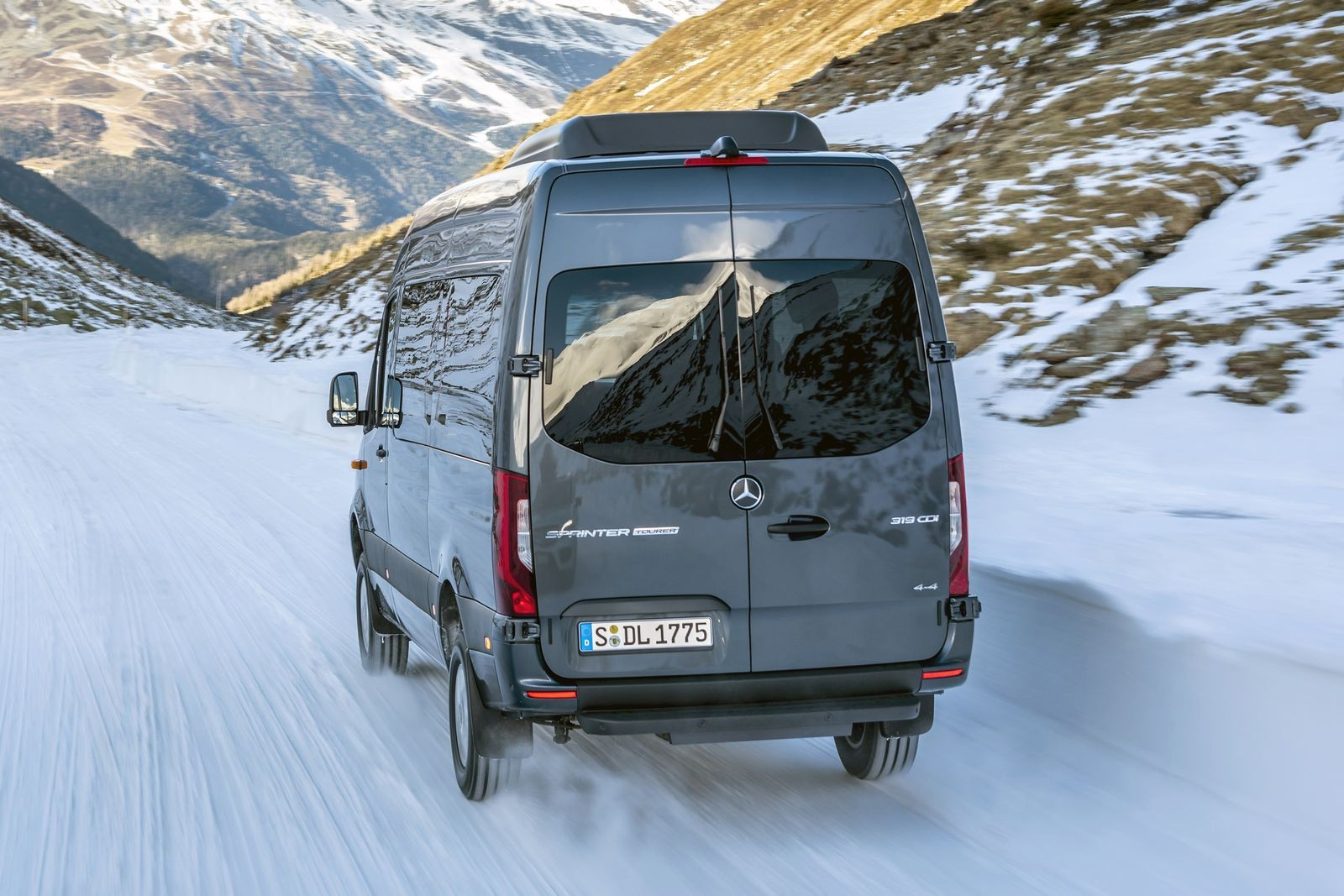 Ob Baustellenzufahrt oder auf Schnee und Eis: Neuer Sprinter ab sofort auch mit Allrad-Antrieb bestellbar Whether driving onto a construction site or through snow and ice: The new Sprinter now also available to order with