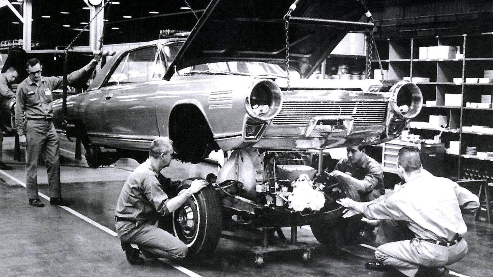 В 1960-е самым удачным и наиболее перспективным газотурбинным легковым автомобилем считался двухдверный седан Chrysler Turbine, построенный достаточно крупной партией из 50 машин. Интересно, что для оценки будущего спроса их бесплатно раздавали избранным клиентам и рядовым американским автомобилистам, каждый из которых мог бесплатно пользоваться такой машиной в течение трех месяцев и затем высказать свое мнение. Одновременно их демонстрировали во многих штатах Америки и за рубежом.Тест-драйв газотурбинной машины Chrysler Turbine на холмистой местности. 1963 годПривлекательный и комфортный четырехместный кузов с виниловой крышей собирала итальянская фирма Ghia и отравляла его в Америку. Передняя часть автомобилей напоминала воздухозаборники реактивных самолетов, задок был похож на сопла авиационных турбин, а яркий и богато оформленный красно-оранжевый салон, напоминавший самые дорогие и роскошные лимузины, почему-то не имел кондиционера. В подкапотном пространстве умещался модернизированный ГТД А-831 мощностью 130 л.с., весивший всего 186 килограммов.Листалка из 4 фото с разными подписямиОдин из 50 собранных автомобилей Chrysler Turbine с 130-сильной газовой турбиной. 1963 годЗадняя часть машины была выполнена в авиационном стиле и напоминала два сопла самолетных турбинЯркое и броское оформление салона с хромированными деталями и кожаными сиденьямиПод капотом автомобиля Turbine свободно помещался новый газотурбинный агрегат A-831Все эти невероятные усилия и затраты по проталкиванию газотурбинной машины успеха не принесли. При мягкости хода, стабильности движения и отсутствии регулярного техобслуживания автомобиль оказался ненасытным, требуя по 20 литров горючего на 100 километров. Он не мог работать на этилированном бензине и издавал невероятный шум на больших скоростях. В 1967-м почти все машины Chrysler Turbine были отозваны и пущены под пресс. Только в частных коллекциях и музеях сохранились семь-восемь экземпляров.Так начался стремительный закат газотурбинной авт