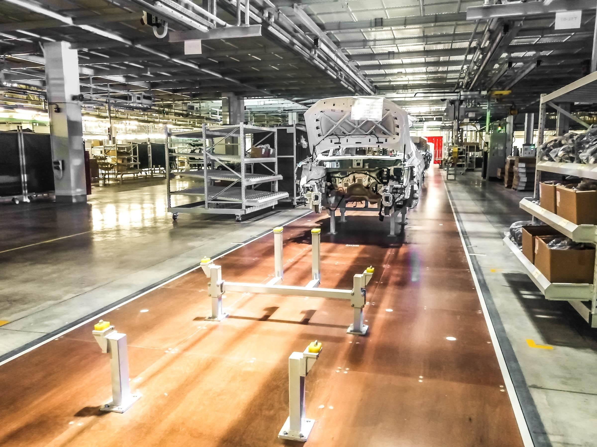 Сейчас на завод Great Wall в Тульской области активно набирают персонал. На сайте HH.RU обнаруживаем несколько десятков вакансий. К примеру, оператор производственной линии в цехе сварки, окраски или сборки сможет заработать лишь