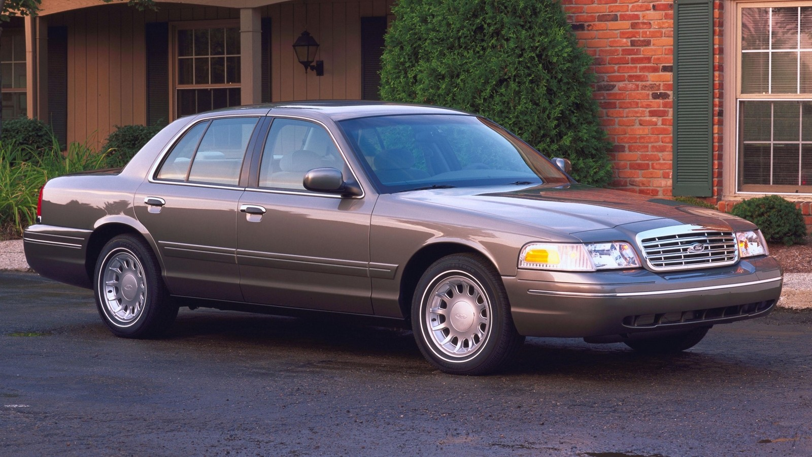 На фото: Ford Crown Victoria '1998–2011