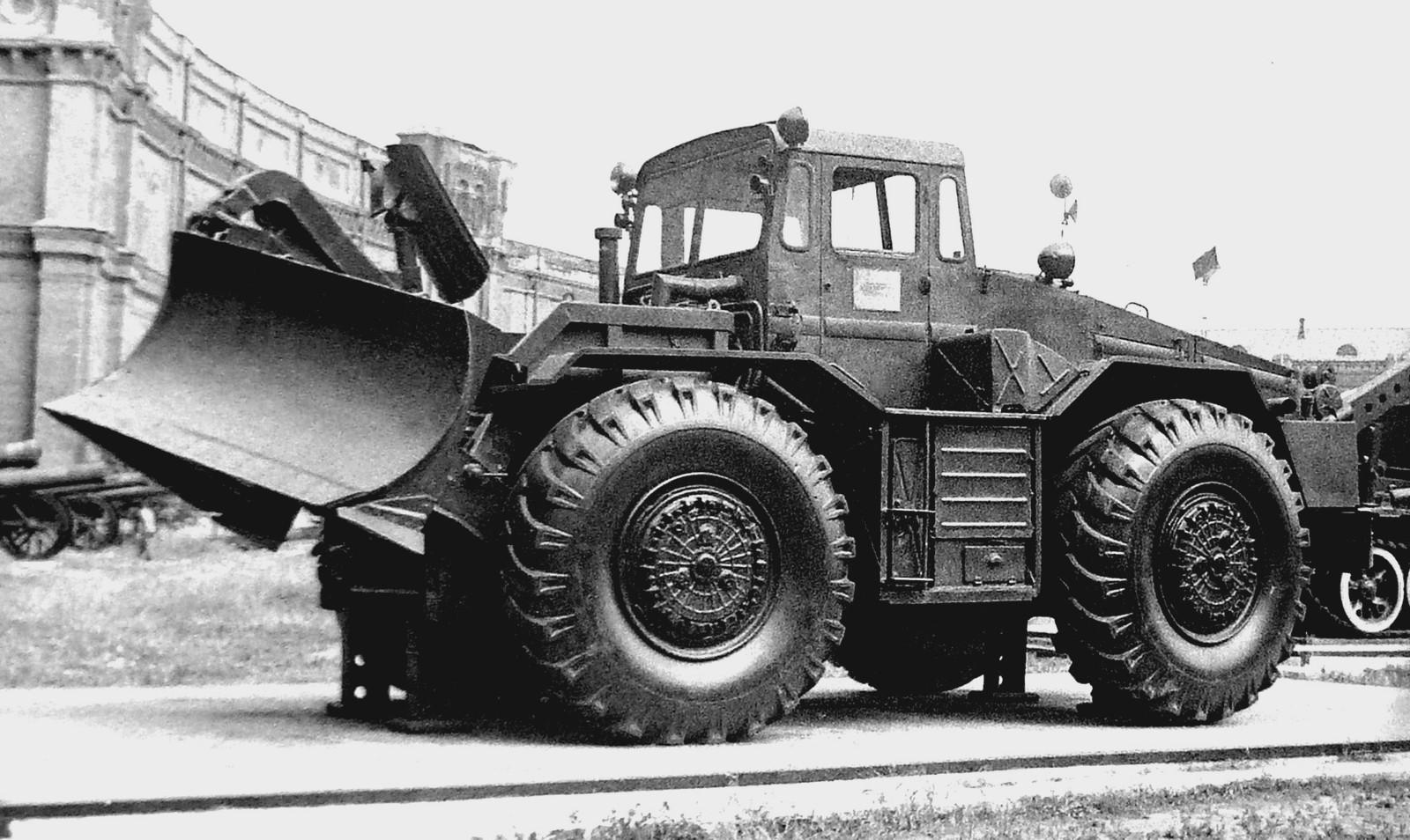 Тягач МАЗ-538 с передними управляемыми колесами и задним отвалом (фото автора)