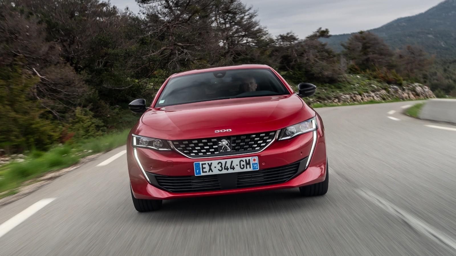 Peugeot 508 красная на трассе спереди