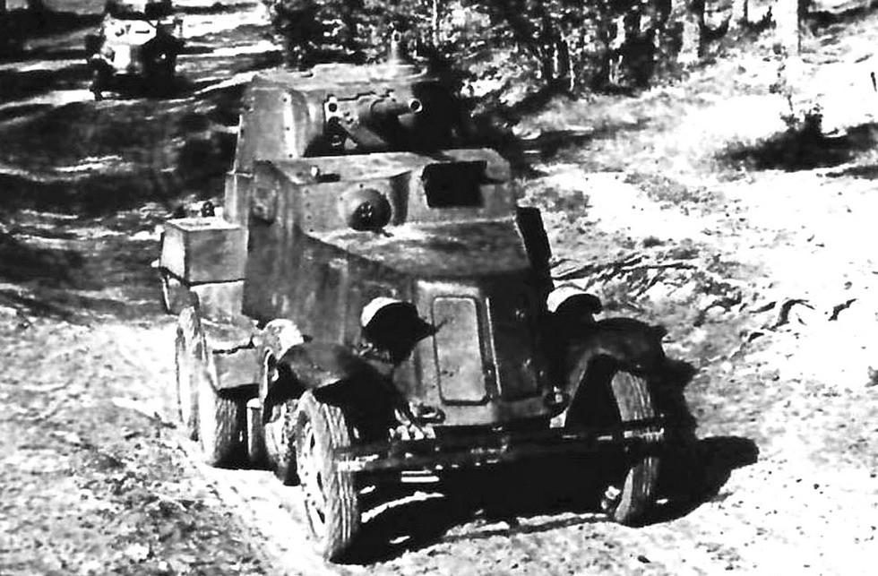 На марше модернизированный бронеавтомобиль БА-10М с 45-мм пушкой