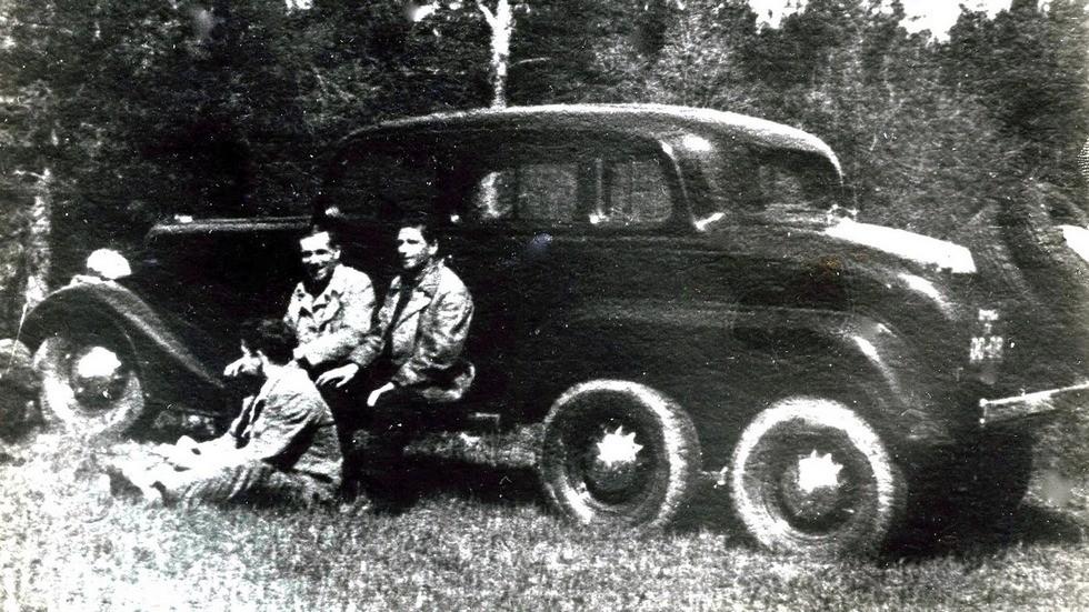 Прототип длиннобазного семиместного штабного автомобиля ГАЗ-25