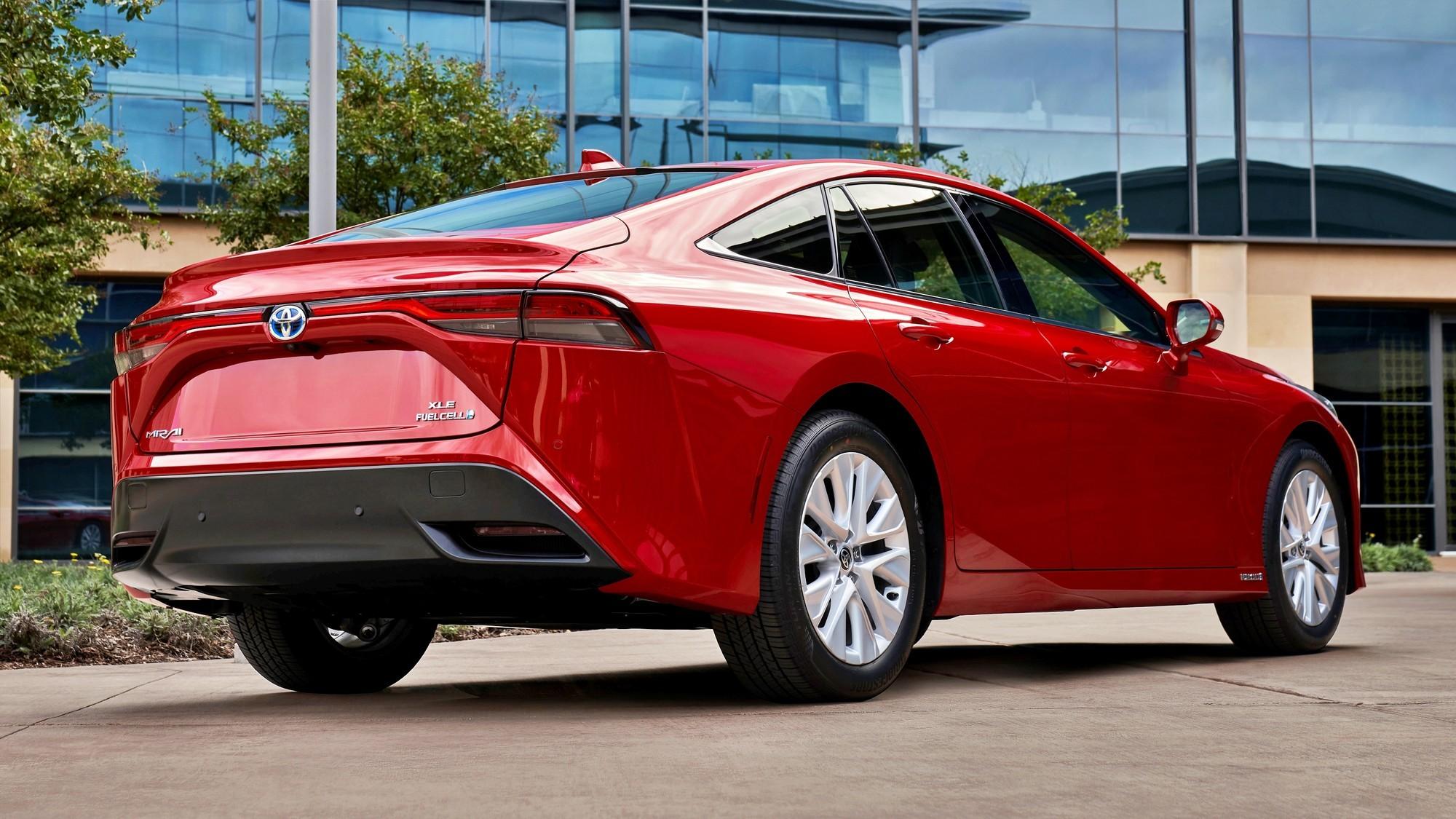 Новый Toyota Mirai: три баллона, один мотор, 182 л.с., старт продаж — в декабре