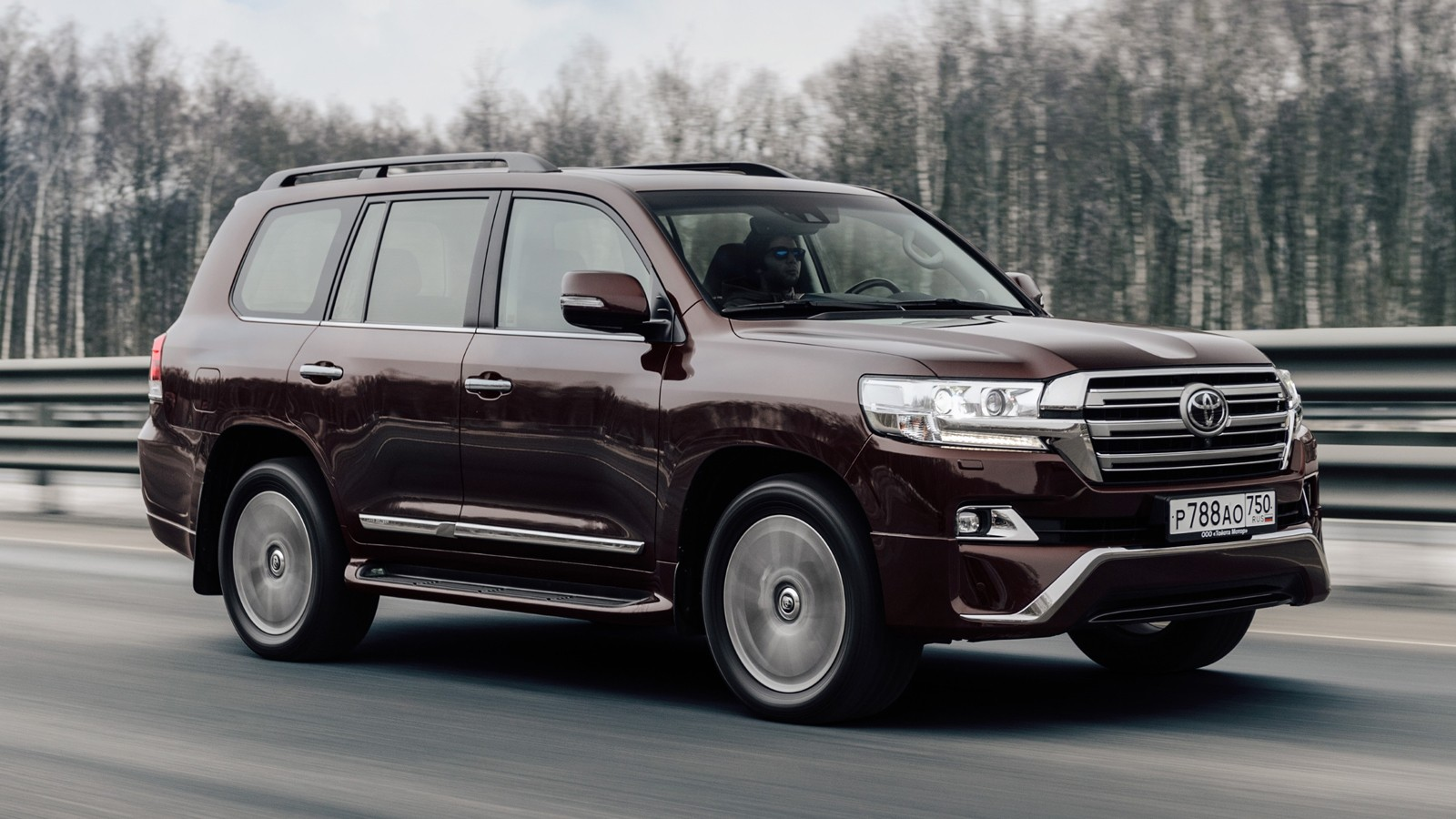 На фото: Toyota Land Cruiser 200