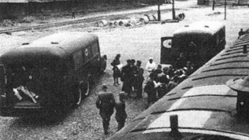 Перегрузка раненых и эвакуированных из автобусов в санитарный поезд