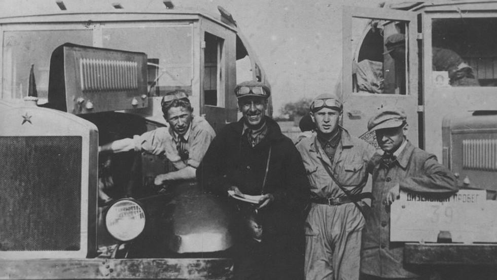 Андронов (крайний слева) с грузовиками ЯГ в дизельном автопрбеге 1934 года