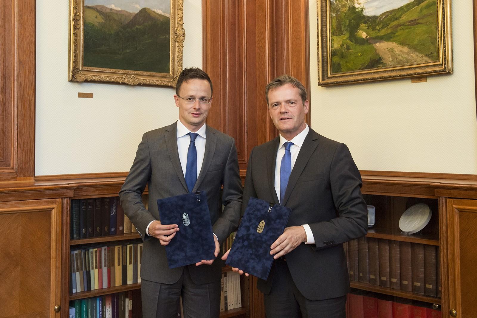 На фото: Маркус Шефер и министр иностранных дел и внешней торговли Венгрии Петер Сийярто (слева)